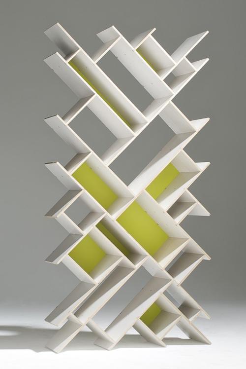 設計師 Nauris Kalinauskas 具有深厚的建築師背景,擅長空間規劃與幾何力學,這組 Quad 造型書櫃