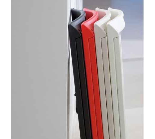 線條簡單的可摺疊式的塑料單椅,比例完美的角度立基穩固,質料輕巧收納方便,室內戶外使用均適合。